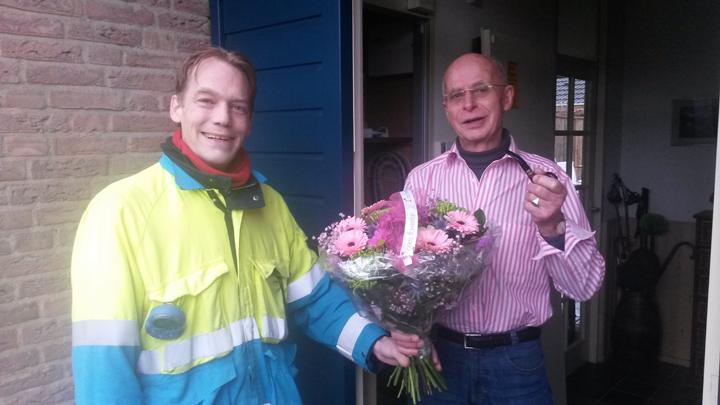 De bewoner van het miljoenste adres ontving een bloemetje van monteur Marcel de Vries, die in de woning van de klant in Harderwijk een slimme elektriciteits- en gasmeter kwam installeren.