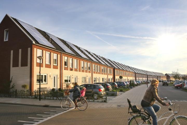 Fietsers in straat met zonnepanelen