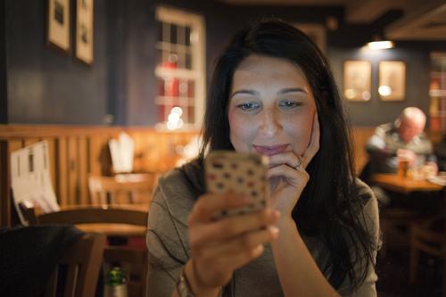 Vrouw kijkt op smartphone